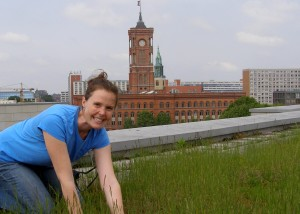 I am taking a close look at the plants on this green roof in Berlin.
